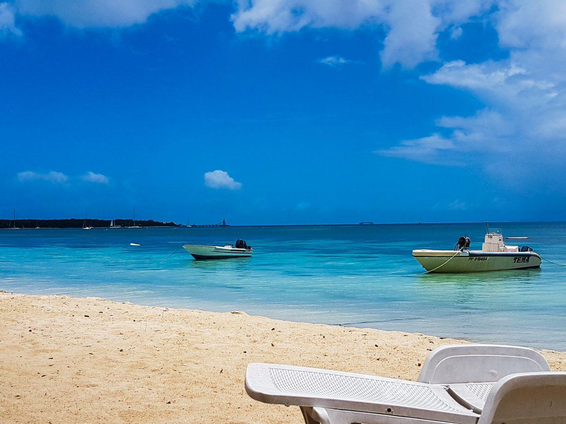 La plage devant Aux plaisirs des marins