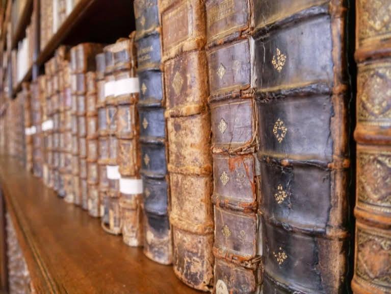 Mediathèque Simone Veil à Valenciennes avec sa superbe bibliothèques des jésuites
