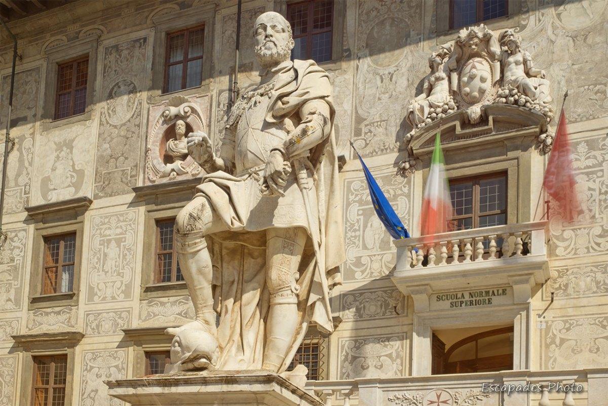 Place Dei Cavalieri : La statue imposante de Cosme Ier Médicis