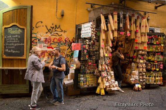 Au bonheur des yeux : un commerce typique dans une rue de Naples