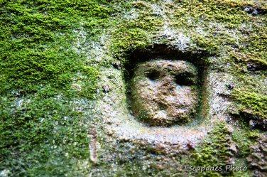 Tête en bas-relief Notre Dame de la Fosse Locuon