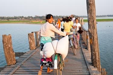 Cette photo démontre que le pont le plus célèbre de Birmanie est de grande utilité pour les populations locales.
