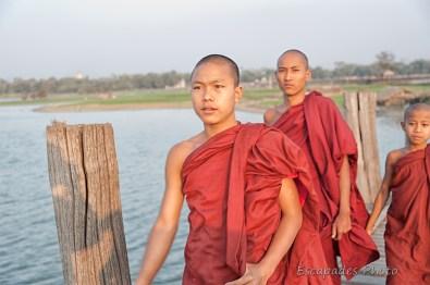 Jeunes moines empruntant le pont d'U Bein
