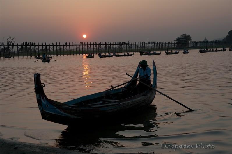 U Bein - le piroguier, le pont et le coucher de soleil