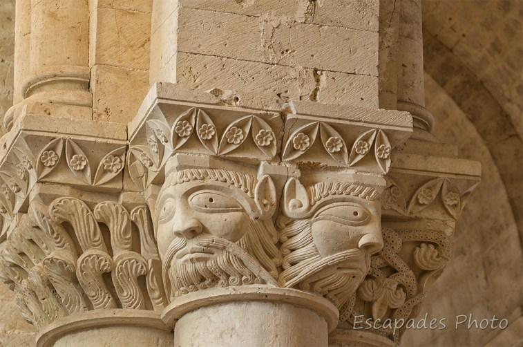 église Saint-Pierre d'Aulnay - visages sur chapiteau