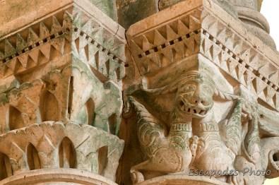 église saint-Pierre d'Aulnay - Chapiteau dragon aux traits humains