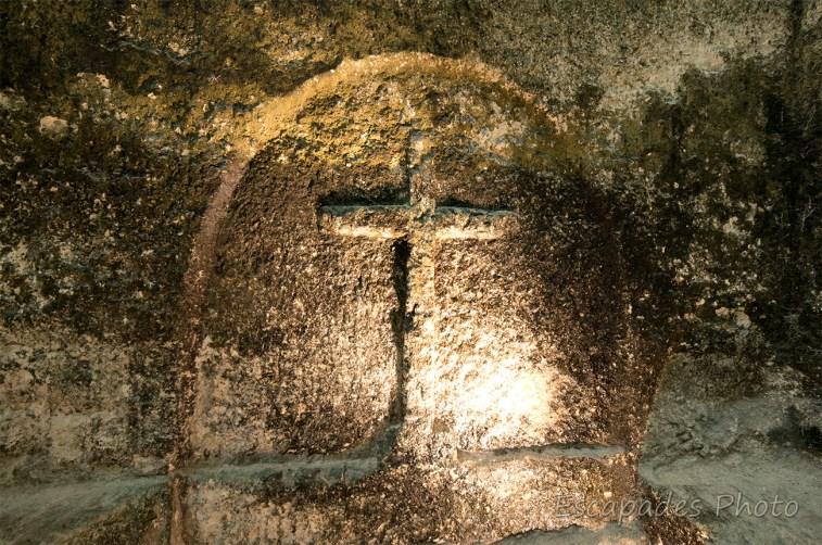 église monolithe Aubeterre -sur-Dronne - Croix gravée dans la falaise