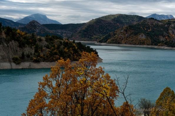 Lac de Castillon des eaux turquoise entre Montagne et ciel de Provence