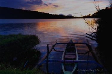 Aurore sur le lac Bratan - Pirogue dans les roseaux