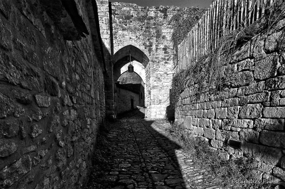 Beynac et Cazenac - porte fortifiée - photo en noir et blanc