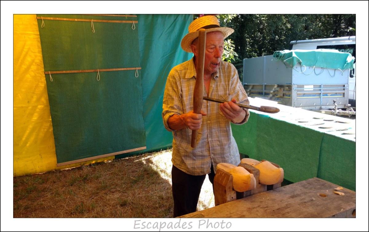 Gilles Chauvin exhibe une cuillère de sabotier