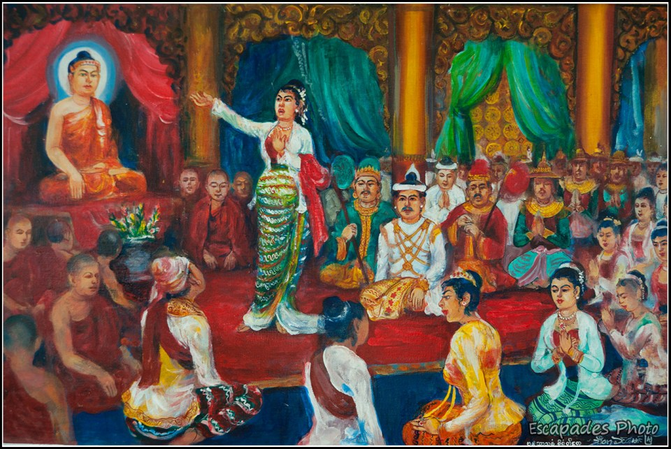 Bouddha en méditation devant des dignitaires