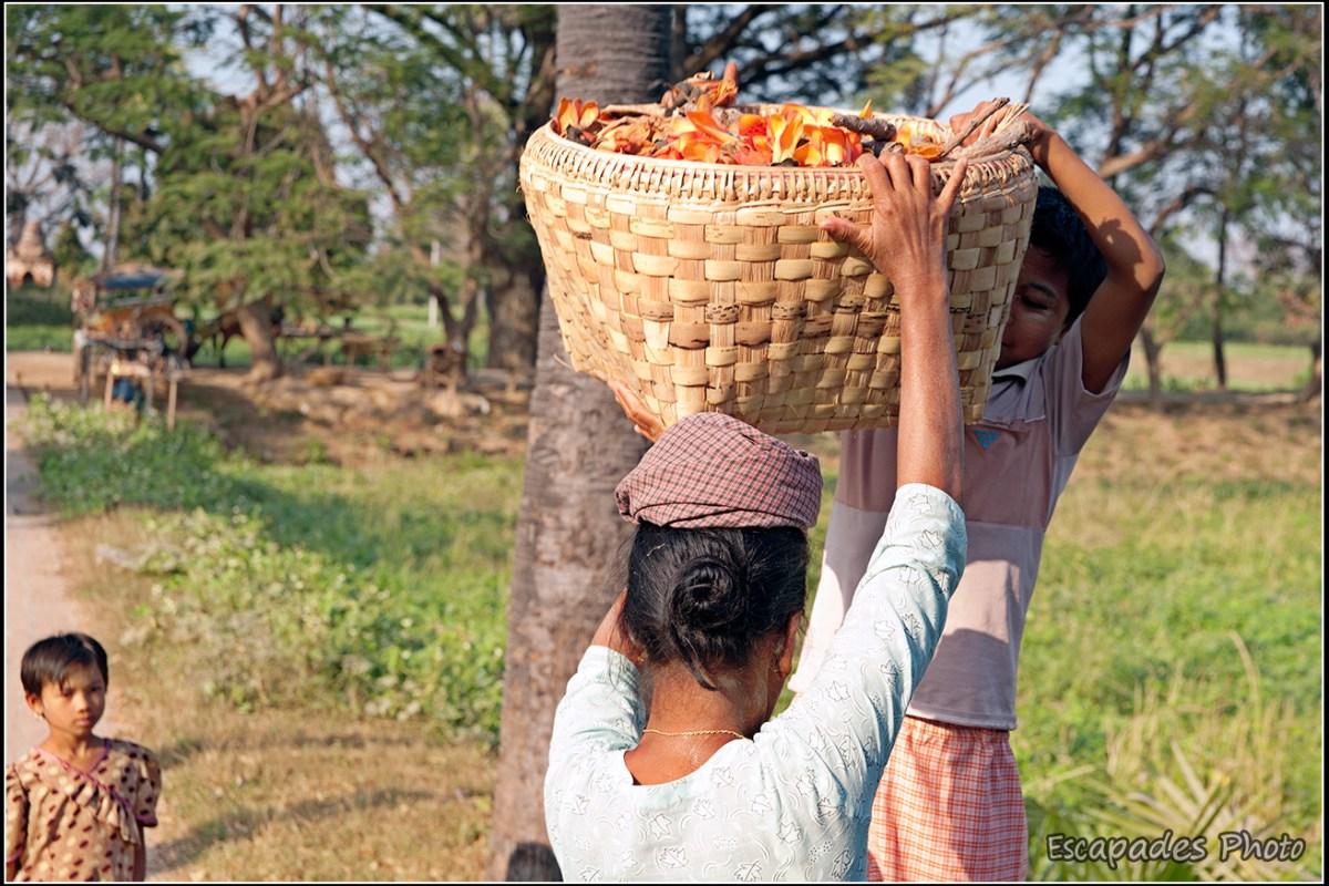 Inwa - femme portant un panier sur la tête