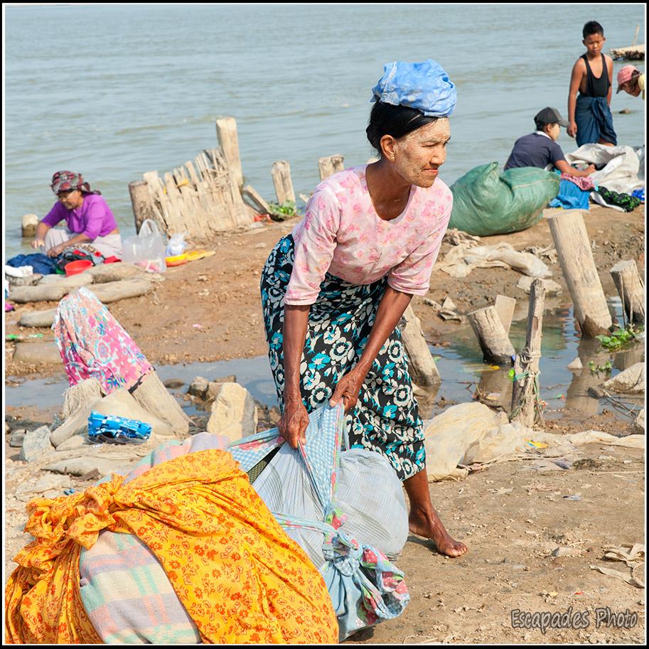 Le peuple du fleuve Lavandière à Mandalay près du fleuve