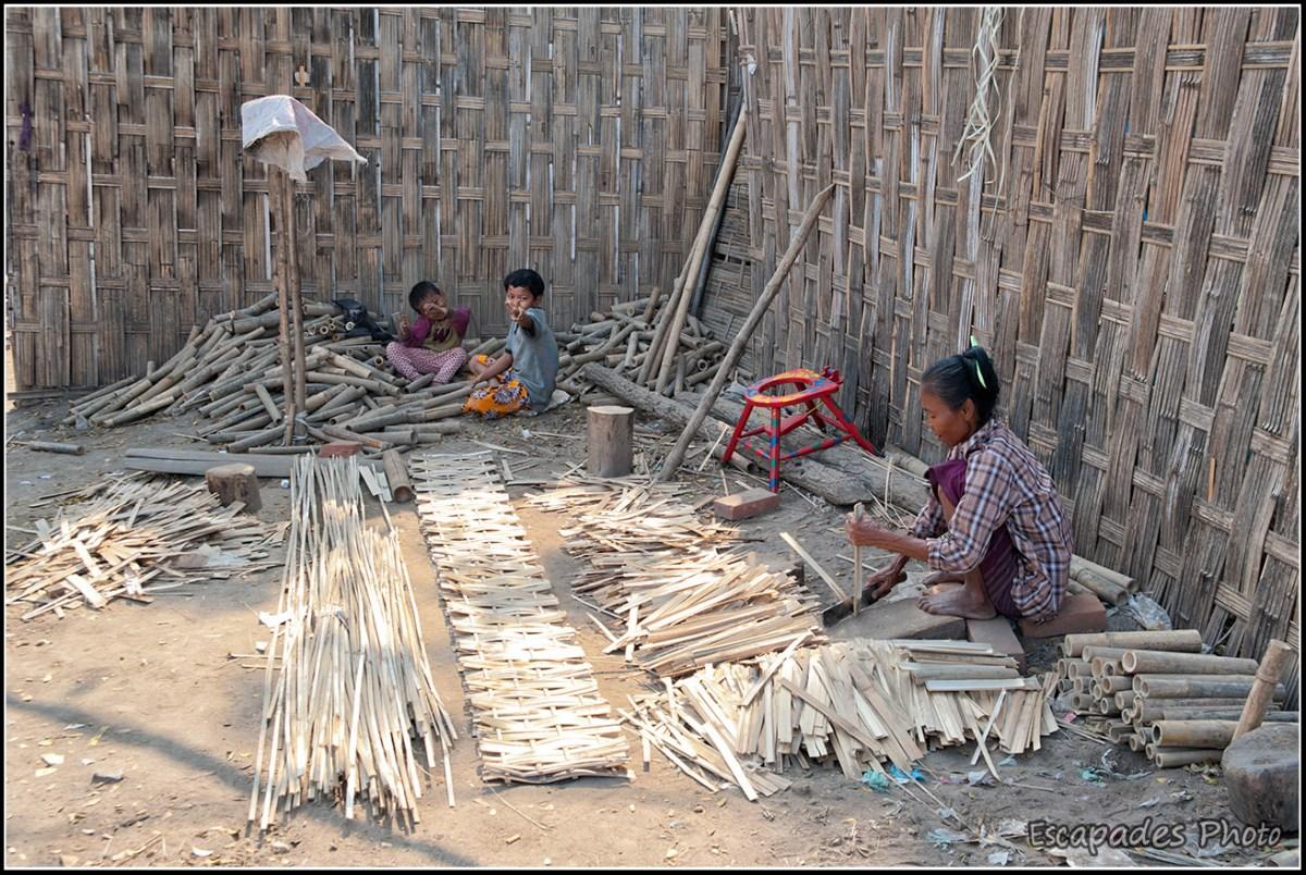 Le peuple de la rivière à Mandalay : Tressage du bambou