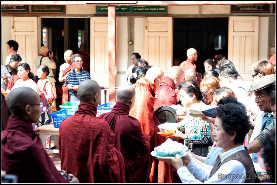 Aumône des moines Mahagandayon