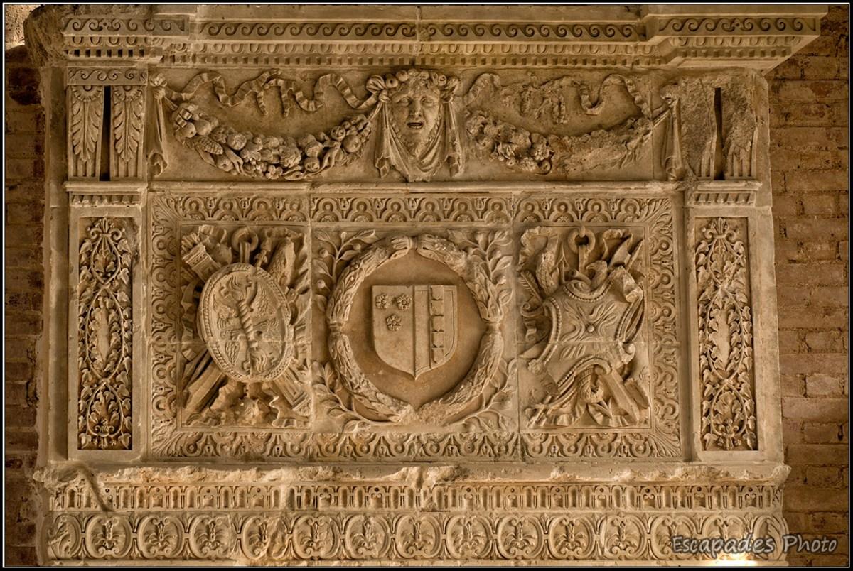 Armoiries sur une cheminée monumentale dans le château