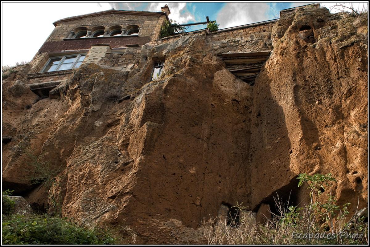 Civita di Bagnoregio - maison au bord de la falaise abrupte