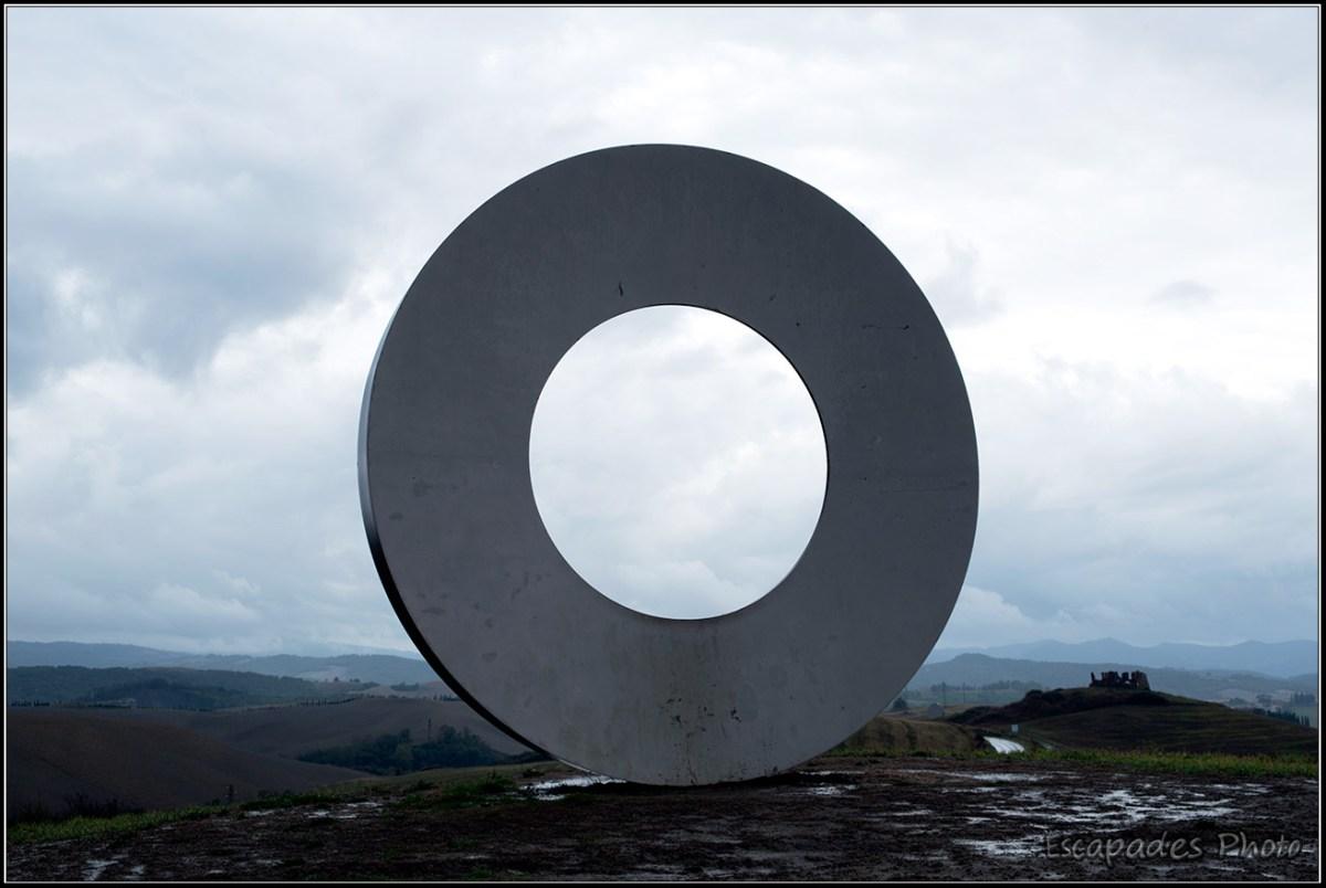 Anneaux de Saline di Volterra - Mauro Staccioli - L'avez-vous remarqué, cet immense anneau qui semble délicatement posé sur le paysage en révèle un autre en arrière plan. A vous de le découvrir.