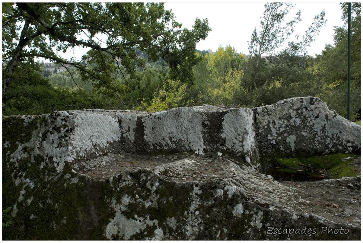 Parc des monstres - sièges taillés dans la roche
