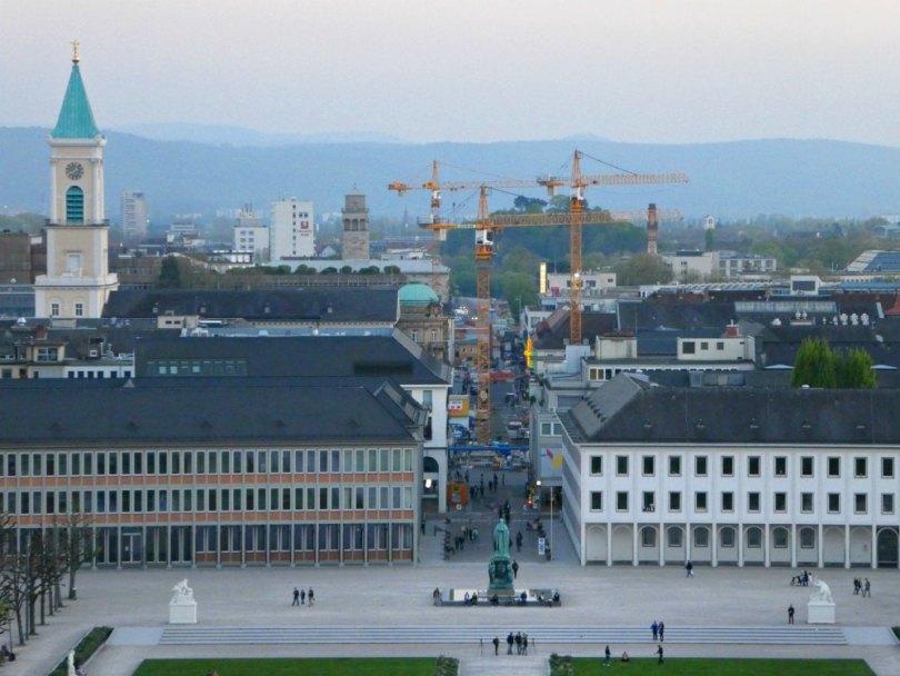 Blick auf den Schlossplatz und die Baustellen von Karlsruhe