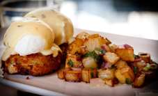crab cakes with poached eggs and hollandaise