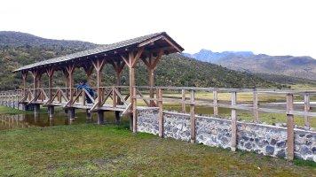 Limpiopungo con el Rumiñahui en el fondo. Puentes y rampas para pasar los cauces de agua