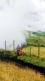 Inicias por los pastizales de una hacienda con la ciudad de Quito a tus espaldas (si no hubieran nubes...)
