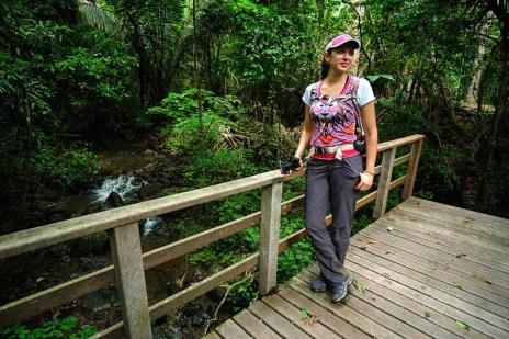 Carolina en el sendero Aulladores en medio del bosque seco. Foto: Enrique Avilés.