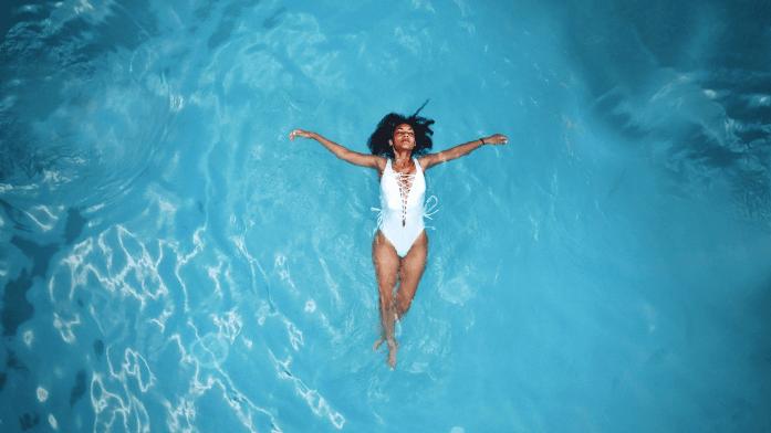 chica nadando en agua