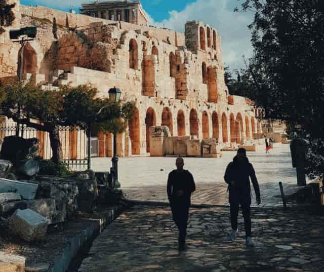 caminar por la calle Dionysiou Areopagitou y Apostolos Pavlos