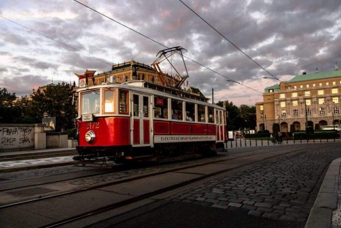 tranvía 41 recorriendo la calle en Praga
