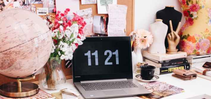 escritorio con lapto lo que no te dicen sobre tener un blog de viajes