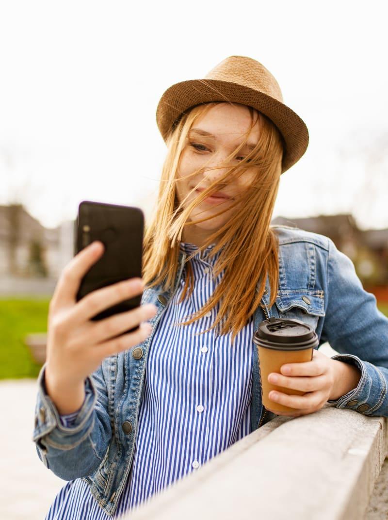 apps de viajes mujer sosteniendo telefono movil