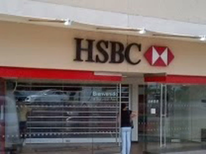 HSBC at Centro Laguna storefront with person at bank machine and at in front doorway