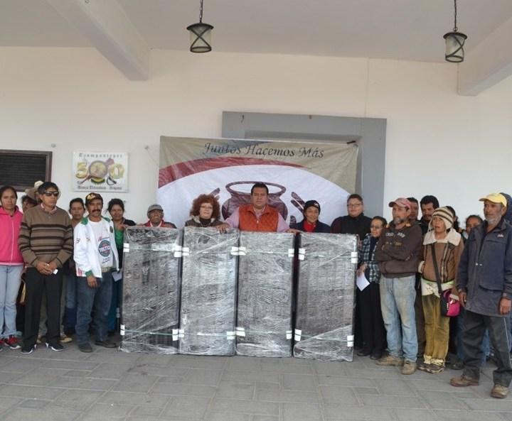 Entrega Presidente de Tzompantepec 100 paquetes de láminas a bajo costo.