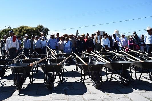Eymard Grande entrega paquetes de herramienta a campesinos