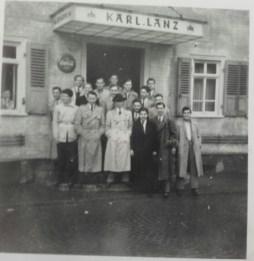 Gruppenbild vor der Wirtschaft von Karl Lanz, Pfingsten 1952, auf dem Bild u.a. H. Buhlmann, Volker Ries und Werner Kopp