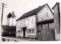 Gasthaus zur Krone, rechts am Bildrand Anwesen Eschenheimer, 1940er Jahre, Foto von R. Wick