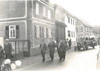 Kerbezug 1968 auf der Schwalbacher Straße vor den Häusern (v.l.n.r.) Wolfsheimer/Behrendt, Werner/Ott und Kohnle/Leichtfuß. Foto von Familie Ott