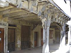 Bassoues - Arcades et maisons à colombage