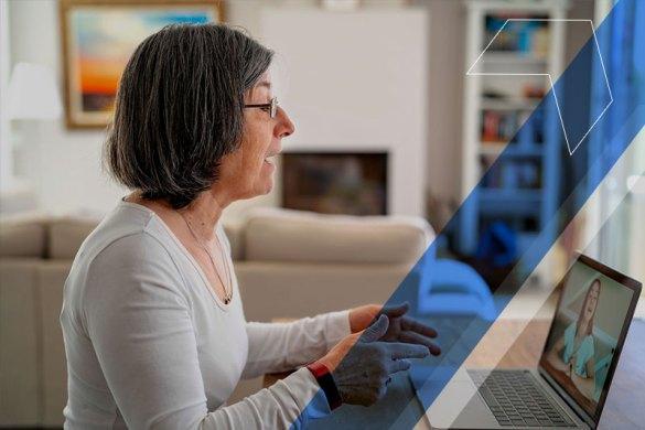 mulher utilizando o notebook em sua casa