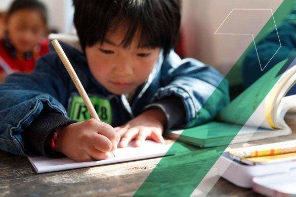 Garoto asiático estudando na escola.
