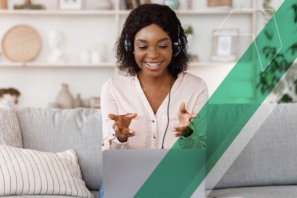 Mulher negra usando o laptop em casa