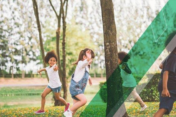 crianças fazendo atividades ao ar livre na escola