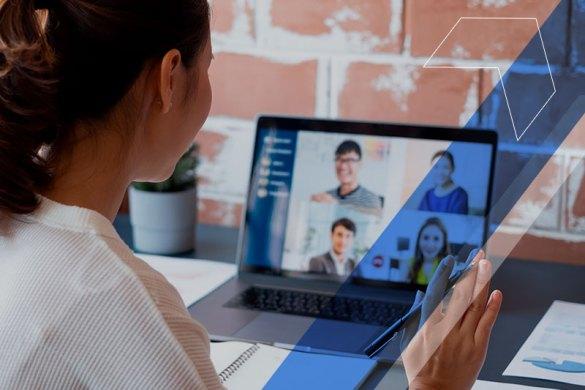 gestora fazendo reunião virtual com sua equipe