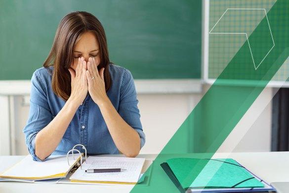 professora em sala de aula espirrando