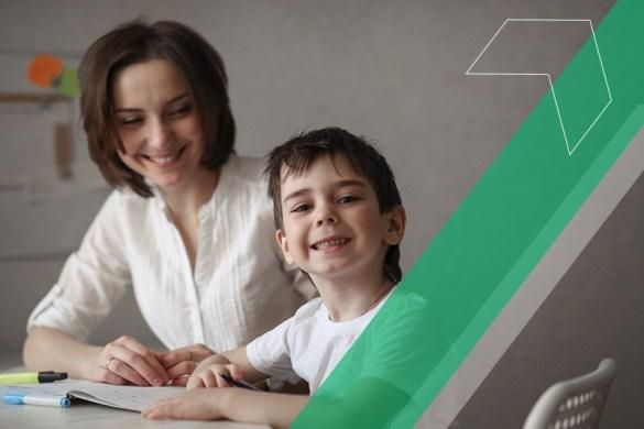aluno autista dentro de sala de aula com professora