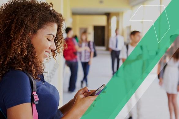 aluna usando o celular na escola