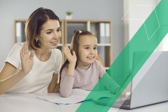 mãe e filha juntas durante aula online